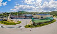 Flyfoto-panorama som viser både Straumen skole og Sørfoldhallen.