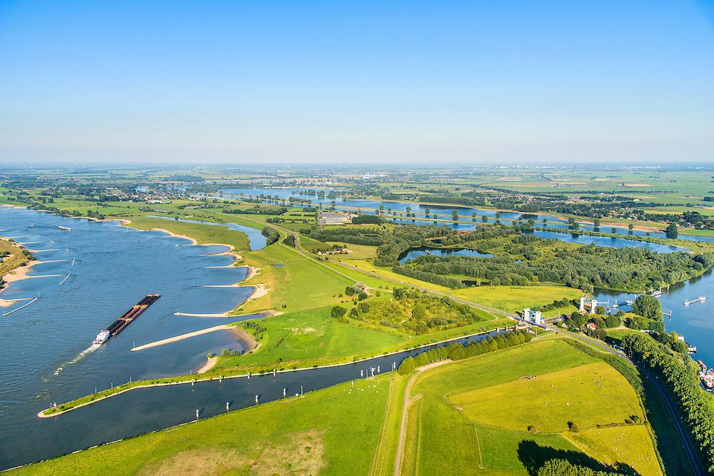 Nederland, Gelderland, Gemeente Maasdriel, 23-08-2016; Heerewaarden, Kanaal van Sint Andries met sluis, verbinding tussen Maas en Waal (links) elkaar bijna raken. Op de landengte ligt ook Fort Sint-Andries<br /> Heerewaarden, where the river Maas (Meuse, right) and Waal almost touch, divided bij a isthmus. In to the canal the lock of St. Andries and an old fortress. <br /> aerial photo (additional fee required); <br /> luchtfoto (toeslag op standard tarieven);<br /> copyright foto/photo Siebe Swart