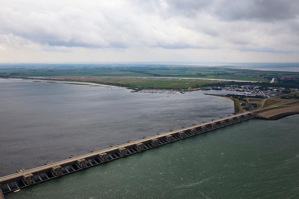 Nederland, Zuid-Holland, Haringvliet  22-05-2011; Haringvlietsluizen en Haringvlietdam, tussen Voorne-Putten en Goeree-Overflakkee. De sluizen, onderdeel van de Deltawerken, zijn spuisluizen en zorgen er voor dat het zoete water uit het Haringvliet zoals aangevoerd door Maas en Rijn geloosd kan worden. In het kader van modern natuurbeheer ('getemd getij') gaan de sluizen tegenwoordig bij eb en vloed beperkt open om de getijden enigszins terug te laten komen in het estuarium. Uitbreiding van dit 'kierbesluit' is omstreden vanwege het verder binnendringen van zout water..Dam and sluices between islands Voorne-Putten en Goeree-Overflakkee. The sluices are for draining water coming from the rivers Rhine and Maas (Meuse) from the natural bassin to the North sea. Modern ecological insight has led to opening the sluices semi-permanently, resulting in the estuary function of the Haringvliet patially being restored..luchtfoto (toeslag); aerial photo (additional fee required); .foto Siebe Swart / photo Siebe Swart