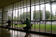 Belo Horizonte_MG, Brasil. ..Pessoas estudando na Biblioteca Publica Estadual Luiz de Bessa, localizada na Praca da Liberdade...People studing in the State Public Library Luiz de Bessa, located in the Praca da Liberdade...Foto: LEO DRUMOND / NITRO