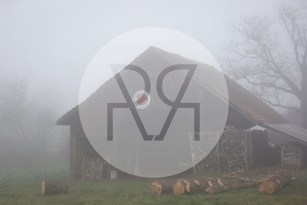 SCHWEIZ - MEISTERSCHWANDEN - IP-Suisse Tafel an einem Bauernhof im Nebel - 06. Dezember 2016 © Raphael Hünerfauth - http://huenerfauth.ch
