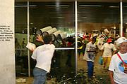 Belo Horizonte_MG, Brasil...Manifestantes invadindo um predio durante a manifestacao do encontro de movimentos socias contra a 47a reuniao anual do BID...Demonstrators invading a building during the social movements manifestation against the 47th annual meeting of the BID...Foto: LEO DRUMOND / NITRO.