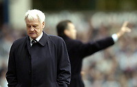 Fotball<br /> Premier League 2003/04<br /> Aston Villa v Newcastle<br /> Birmingham<br /> 18. april 2004<br /> Foto: Digitalsport<br /> Norway Only<br /> <br /> Newcastle manager Sir Bobby Robson (L) has a disappointing afternoon as in the background Villa manager David O'Leary tries to get his players to take advantage of their numerical advantage.