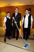 """21 NOV 2005, BERLIN/GERMANY:<br /> Gerhard Schroeder, SPD, scheidender Bundeskanzler, stellt sich mit einem Wischmob und zwei Putzfrauen zu einem Erninnerungsfoto auf, Veranstaltung """"Danke, Kanzler!"""" der SPD Bundestagsfraktion, am letzten Amtstag von Gerhard Schroeder als Bundeskanzler, Willy-Brandt-Haus<br /> IMAGE: 20051121-01-121<br /> KEYWORDS: Gerhard Schröder"""
