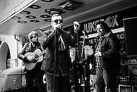 Giske med akustisk konsert på ei folkevogn utenfor Jukebox i Ålesund.<br /> Foto: Svein Ove Ekornesvåg