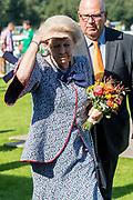 Hare Koninklijke Hoogheid Prinses Beatrix der Nederlanden is  in 't Harde aanwezig bij voetbalvereniging S.V. 't Harde voor de landelijke campagnedag van de Zwaluwen Jeugd Actie.<br /> <br /> Her Royal Highness Princess Beatrix of the Netherlands is present in the Harde at football club S.V. 'T Harde for the national campaign day of the Zwaluwen Jeugd Actie.