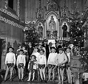 Msza Święta po Wigilii - Pasterka w kościele pw. Matki Boskiej Szkaplerznej. Witów, 25.12.1984.