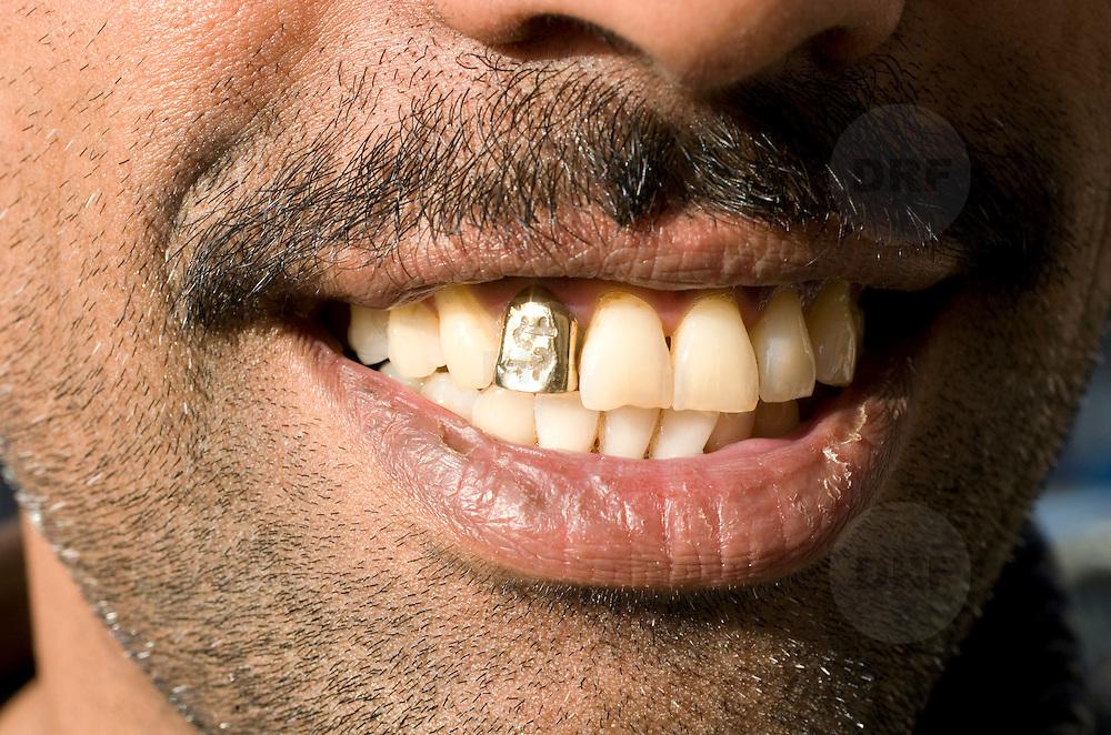 Nederland Rotterdam 19 september 2008 20080919 Foto: David Rozing ..gouden tand met dollarteken gebit surinaamse man ..Foto David Rozing