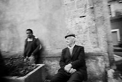 Reportage sviluppato ad Alessano (LE). Viene presa in considerazione fotograficamente, la gente che popola il paese nei suoi bar, piazze, strade, giardini pubblici. Ed, insieme a questa, i particolari e gli eventi caratterizzanti il luogo...frazione di Montesardo.uomini stanziano nei pressi della chiesa..