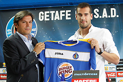 01.07.2011, Getafe, ESP, Primera Division, FC Getafe, Spielerpräsentation, im Bild Getafe's new player Alberto Lopo (r) with the General Manager Toni Munoz during his official presentation. July 1, 2011. EXPA Pictures © 2011, PhotoCredit: EXPA/ Alterphotos/ Acero +++++ ATTENTION - OUT OF SPAIN / ESP +++++