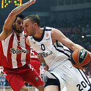 Olympiacos's Georgios Printezis (L) and Anadolu Efes's Dusko Savanovic (R) during their Turkish Airlines Euroleague Basketball playoffs Game 5 Olympiacos between Anadolu Efes at SEF Indoor Hall in Piraeus, in Greece, Friday, April 26, 2013. Photo by TURKPIX