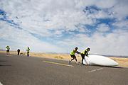 De Arion 2 gaat van start voor de kwalificaties op maandagochtend. Het Human Power Team Delft en Amsterdam (HPT), dat bestaat uit studenten van de TU Delft en de VU Amsterdam, is in Amerika om te proberen het record snelfietsen te verbreken. In Battle Mountain (Nevada) wordt ieder jaar de World Human Powered Speed Challenge gehouden. Tijdens deze wedstrijd wordt geprobeerd zo hard mogelijk te fietsen op pure menskracht. Het huidige record staat sinds 2015 op naam van de Canadees Todd Reichert die 139,45 km/h reed. De deelnemers bestaan zowel uit teams van universiteiten als uit hobbyisten. Met de gestroomlijnde fietsen willen ze laten zien wat mogelijk is met menskracht. De speciale ligfietsen kunnen gezien worden als de Formule 1 van het fietsen. De kennis die wordt opgedaan wordt ook gebruikt om duurzaam vervoer verder te ontwikkelen.<br /> <br /> The Human Power Team Delft and Amsterdam, a team by students of the TU Delft and the VU Amsterdam, is in America to set a new world record speed cycling.In Battle Mountain (Nevada) each year the World Human Powered Speed Challenge is held. During this race they try to ride on pure manpower as hard as possible. Since 2015 the Canadian Todd Reichert is record holder with a speed of 136,45 km/h. The participants consist of both teams from universities and from hobbyists. With the sleek bikes they want to show what is possible with human power. The special recumbent bicycles can be seen as the Formula 1 of the bicycle. The knowledge gained is also used to develop sustainable transport.