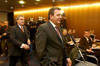20 JAN 2003, BERLIN/GERMANY:<br /> Dieter Hundt (L), Praesident Bundesvereinigung der Deutschen Arbeitgeberverbaende, BDA, und Gerhard Schroeder (R), SPD, Bundeskanzler, auf dem Weg zu  einer Pressekonferenz nach einer Sitzung von Kanzler und  BDA-Praesidium, Haus der Wirtschaft<br /> IMAGE: 20030102-02-014<br /> KEYWORDS: Präsident, Gerhard Schröder,