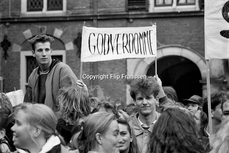 Nederland, Den Haag, 12-11-1991 Demonstratie van studenten tegen de studiefinanciering en hervormingen in het wetenschappelijk onderwijs. Een demonstrant heeft de leus Godverdomme . Georganiseerd door de LSVB. Demonstreren op het binnenhof werd in 1999 verboden .Foto: Flip Franssen