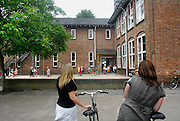 Nederland, Millingen, 6-6-2007..Leerlingen van de basisschool lopen naar buiten. Ouders, moeders, staan te wachten. Het gebouw wordt in de toekomst verbouwd tot gemeentehuis...Foto: Flip Franssen/Hollandse Hoogte