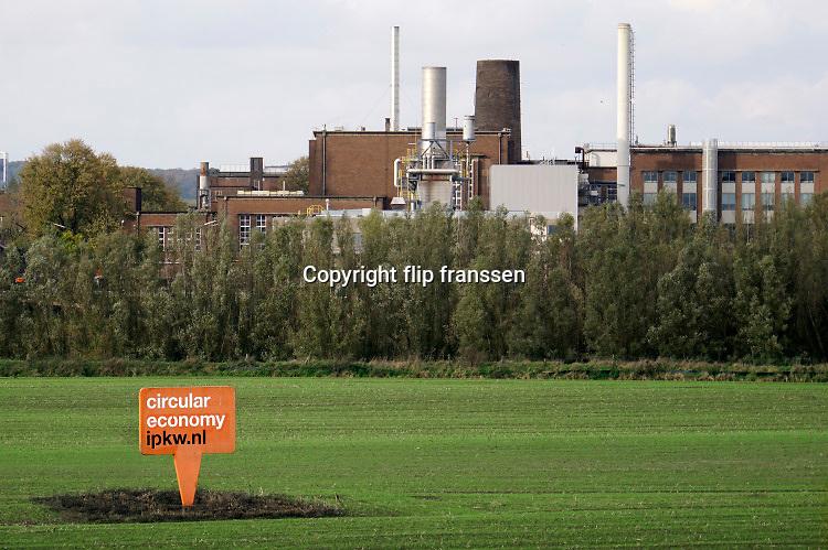Nederland, Arnhem, 23-10-2019De nieuwe biomassacentrale van Veolia op industrieterrein Kleefse Waard . Hij is klaar om in gebruik genomen te worden , maar er is grote maatschappelijke tegenstand waaronder die van de gemeenteraad ..Het Arnhems college van burgemeester en wethouders gaat bij het bestuur van de provincie Gelderland aandringen dat de biomassacentrale niet moet gaan draaien. In de centrale wordt hout gestookt, daarbij komen stoffen vrij die slecht zijn voor de natuur en de mens. Formeel heeft de gemeente niets over de centrale te zeggen. De provincie gaat over de vergunningen en die zijn al verleend. De rijksoverheid heeft een subsidie van 76 miljoen euro over 12 jaar in het vooruitzicht gesteld. Nederland moet van het gas af dus ook de energievoorziening, energieopwekking .Foto: Flip Franssen