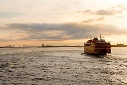 THEMENBILD - Eine der bekanntesten und beliebtesten Touristenattraktionen in New York ist die Staten Island Ferry, die zwischen der Suedspitze Manhattans und Staten Island pendelt, im Bild eine der Faehren im Sonnenuntergang mit der Freiheitsstatue, Aufgenommen am 09. August 2016 // One of the best-known and most popular tourist attractions is the Staten Island Ferry, which runs between Manhattan and Staten Island. This picture shows one of the ferry at sunset with the Statue of Liberty, New York City, United States on 2016/08/09. EXPA Pictures © 2016, PhotoCredit: EXPA/ Sebastian Pucher