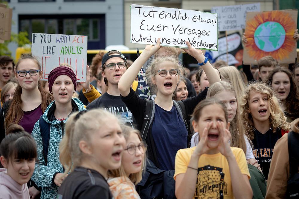 Fridays For Future: Mehrere hundert SchülerInnen und Studierende beteiligen sich in Berlin am Schulstreik für mehr Klimaschutz. Die Demonstranten fordern, die Ziele des Pariser Klimaabkommens einzuhalten und die Erderwärmung auf 1,5 Grad zu begrenzen. Vorbild für die Streikenden ist die schwedische Schülerin G r e t a  T h u n b e r g, die bereits seit Monaten jeden Freitag vor dem schwedischen Parlament für Klimaschutz protestiert. Demonstrantin mit Schild: Tut endlich etwas! Euer Versagen wird uns zum Verhängnis.<br /> <br /> [© Christian Mang - Veroeffentlichung nur gg. Honorar (zzgl. MwSt.), Urhebervermerk und Beleg. Nur für redaktionelle Nutzung - Publication only with licence fee payment, copyright notice and voucher copy. For editorial use only - No model release. No property release. Kontakt: mail@christianmang.com.]