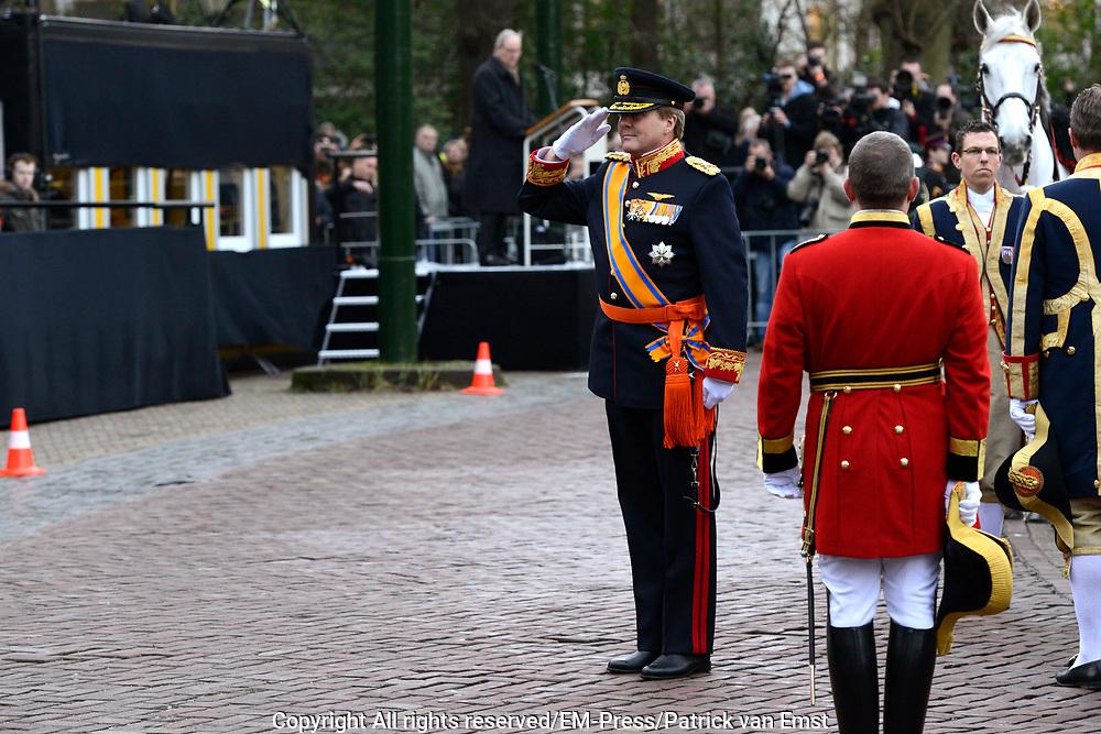 In Den Haag, op Plein 1813 vindt een vaandelgroet plaats van de Koninklijke Landmacht aan Koning Willem-Alexander. De vaandelgroet is tevens de aftrap van het 200-jarig jubileum van de Koninklijke Landmacht. <br /> <br /> In The Hague, on Plein 1813 a banner greeting takes place from the Royal Army of King Willem-Alexander. The standard greeting is also the kickoff of the 200th anniversary of the Royal Army.<br /> <br /> Op de foto / On the Photo:  Koning Willem-Alexander / King Willem-Alexander
