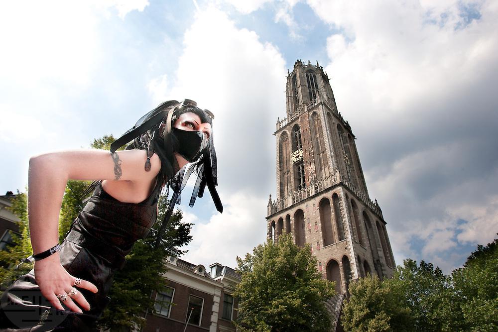 Een goth tijdens de modeshow. In Utrecht komen goths uit heel Europa bij elkaar voor het jaarlijkse festival Summer Darkness. Tijdens het driedaags festijn zijn er onder andere optredens van bands, een markt en een modeshow. Het is ook een kwestie van zien en gezien worden.<br /> <br /> A goth during the fashion show at Summer Darkness. During the festival goths from all over Europe are coming to Utrecht to meet and enjoy music, a market, a fashion show and more.