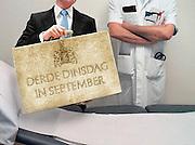 Nederland, Nijmegen, 2-4-2010Associatie, illustratie gezondheidszorg en geld, begroting, bezuiniging. Medisch specialist bij onderzoeksbed en minister van financien met koffertje. Montage.Foto: Flip Franssen