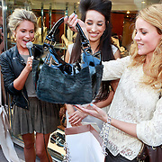 NLD/Amsterdam/20110519 - Opening Zerba Italia Amsterdam, Liza Sips krijgt een tas van eigenaresse Norma