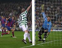 Fotball<br /> Foto: SBI/Digitalsport<br /> NORWAY ONLY<br /> <br /> Barcelona v Celtic<br /> UEFA Champions League. 24/11/2004.<br /> <br /> Celtic's John Hartson (C) wheels away after equalising on the stroke of half time but Barcelona's keeper Victor Valdes appeals for offside.