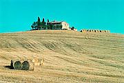 Italië, Toscane, 8-8-2000..Landschap met boerderij en rollen hooi. Landbouw, platteland. vakantie..Toerisme...Foto: Flip Franssen