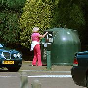 Willeke Alberti gooit haar lege flessen in de afvalcontainer Naarderstraat Laren
