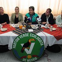 """Toluca, Méx.- Carlos Cadena, de Nezahualcoyotl por el Partido Verde Ecologista de Mexico (PVEM), acompañado por regidores de otros municipios, dan a conocer que los funcionarios sorprendidos en los """"video escandalos"""" por corrupcion, ya fueron suspendidos de sus funciones. Agencia MVT / Mario Vazquez de la Torre. (DIGITAL)<br /> <br /> <br /> <br /> NO ARCHIVAR - NO ARCHIVE"""