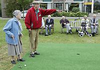 Marlof Strumphler geeft 1 keer week de bewoners van Bejaardentehuis Oldenhove in Overveen golfles. Mevrouw Doctor (87) krijgt aanwijzingen van Marlof Strumler. Foto Koen Suyk