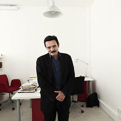 PARIS, FRANCE. 14 SEPTEMBRE 2010. Portrait d'Edwy Plenel, co-fondateur du journal en ligne (pure player) Mediapart, ici dans son bureau. (photo : Antoine Doyen)