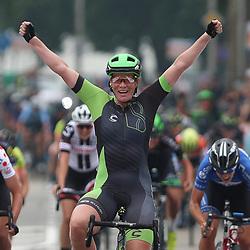 """30-08-2017: Wielrennen: Boels Ladies Tour: Arnhem<br /> ARNHEM (NED) wielrennen <br />  De tweede etappe van de Boels Ladies Tour is gewonnen door Kirsten Wild. De renster van Cylance toonde zich de snelste in de massasprint.<br /> Wild wist in Arnhem Maria Giullia Confanieri voor te blijven. """"Dit is wel heel mooi"""" zei de ritwinnares na afloop. Ze boekte haar eerste Europese zege van dit seizoen. """"Voor de ploeg is dit heel mooi als afsluiting van het jaar, maar voor mij natuurlijk ook. Ik wil graag winnen, zeker in eigen land en zeker in een WorldTour-wedstrijd."""""""