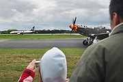 Duitsland, Weeze, 1-5-2008..Luchthaven Niederrhein (Weeze airport), vlak over de grens bij Nijmegen,  bestaat 5 jaar. Deze voormalige Britse luchtmachtbasis is een tot een succesvol leven als burgervliegveld..getransformeerd. Ryanair vliegt op verschillende bestemmingen. t.g.v. hiervan werden gisteren en vandaag een vliegshow gegeven. Ook konden mensen een deel van de vroegere basis bekijken...Op de foto een een kind wat een foto maakt van een startend Ryanair toestel, met op de voorgrond een Spitfire uit de tweede wereldoorlog...Foto: Flip Franssen/Hollandse Hoogte