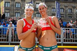10-06-2012 VOLLEYBAL: EREDIVISIE BEACHVOLLEYBAL: AMSTERDAM<br /> Laura Bloem en Merel Mooren winnen het brons<br /> ©2012-FotoHoogendoorn.nl / Pim Waslander
