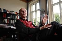 12 JAN 2007, POTSDAM/GERMANY:<br /> Prof. Hans Joachim Schellnhuber, Direktor, Potsdamer Institut fuer Klimaforschung, PIK, waehrend einem Interview, in seinem Buero, Institut fuer Klimaforschung<br /> Prof. Hans Joachim Schellnhuber, CBE, Potsdam Institute for Climate Impact Research, during an interview, in his office, Potsdam Institute for Climate Impact Research<br /> IMAGE: 20070112-01-033