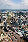 Nederland, Amsterdam, Amsterdam-West, 25-05-2010. Sloterdijk en omgeving, Teleport. Kantoorlokatie en openbaar vervoerknooppunt. Station Sloterdijk, met spoorlijnen van en naar Amsterdam CS en Schiphol, Zaandam. Kantoren van onder andere KPN en de Belastingdienst. Op het tweede plan de A10-West, richting Coentunnel..Sloterdijk area, Teleport. Office Location and public transport hub. The railway links Amsterdam with Schiphol, Zaandam. Ringroad A10 West. .luchtfoto (toeslag), aerial photo (additional fee required).foto/photo Siebe Swart