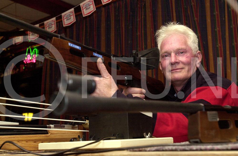 fotografie frank uijlenbroek©2001 michiel van de velde.011115 den ham ned.bertus kiers 40 jarig jubileum bij de schietvereniging