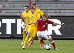 Carlo Holse (Danmark) presses af Oleksandr Nazarenko (Ukraine) under U21 EM2021 Kvalifikationskampen mellem Danmark og Ukraine den 4. september 2020 på Aalborg Stadion (Foto: Claus Birch).