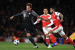 Arsenal's Theo Walcott (r) and Bayern Munich's Mats Hummels battle for the ball