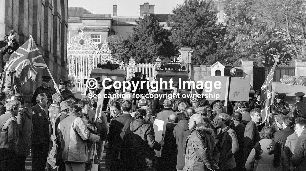 Press conference following signing of Anglo-Irish Agreement by Margaret Thatcher, Prime Minister, UK, and Garret Fitzgerald, Prime Minister, An Taoiseach, Rep of Ireland, at Hillsborough Castle, N Ireland, 15th November 1985. Police hold back a small number of anti-agreement protesters outside Hillsborough Castle. 1985111505g.<br /> <br /> Copyright Image from Victor Patterson, Belfast, UK<br /> <br /> t: +44 28 9066 1296 (from Rep of Ireland 048 9066 1296)<br /> m: +44 7802 353836<br /> e: victorpattersonbelfast@gmail.com<br /> <br /> www.images4media.com<br /> <br /> Please see my full Terms and Conditions of Use at https://www.images4media.com/p/terms-conditions - it is IMPORTANT that you familiarise yourself with them.<br /> <br /> Images used online incur an additional cost. This cost should be agreed in writing in advance. Online images must be visibly watermarked i.e. © Victor Patterson or that of the named photographer within the body of the image. The original metadata must not be deleted from images used online.<br /> <br /> This image is only available for the use of the download recipient i.e. television station, newspaper, magazine, book publisher, etc, and must not be passed on to a third party. It is also downloaded on condition that each and every usage is notified within 7 days to victorpattersonbelfast@gmail.com.<br /> <br /> The right of Victor Patterson (or the named photographer) to be identified as the author is asserted in accordance with The Copyright Designs And Patents Act (1988). All moral rights are asserted.