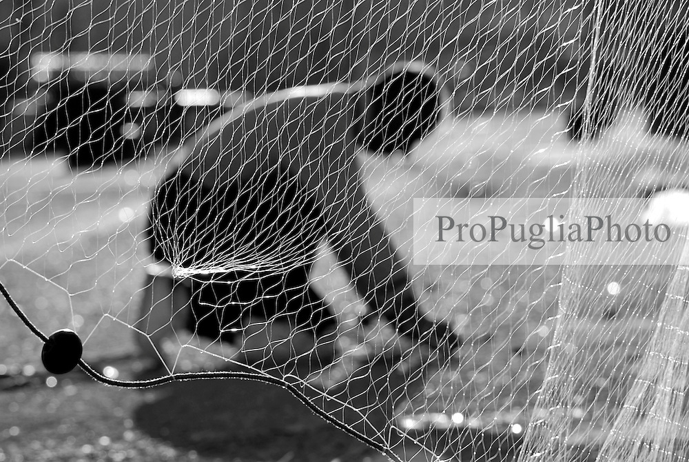 Brindisi, Villaggio Pescatori. Un pescatore prepara le reti per la prossima uscita.