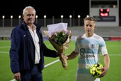 Blomster til man-of-the-match Jeppe Kjær (FC Helsingør) fra salgschef René Dupont efter kampen i 1. Division mellem FC Helsingør og Silkeborg IF den 11. september 2020 på Helsingør Stadion (Foto: Claus Birch).