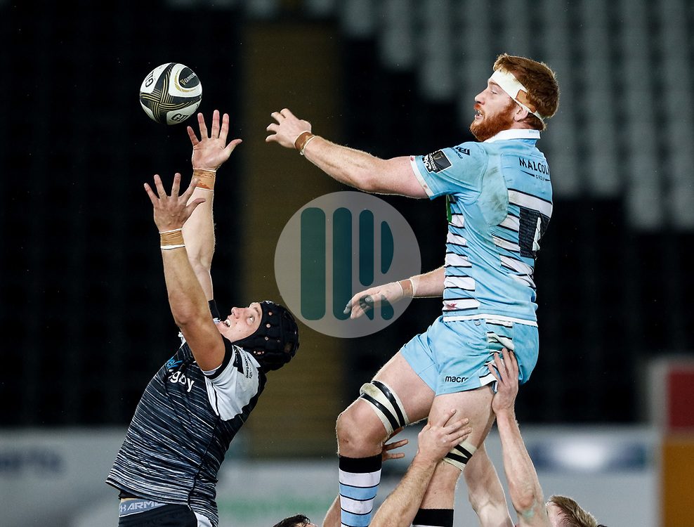 2nd November, Liberty Stadium , Swansea, Wales ; Guinness pro 14's Ospreys Rugby v Glasgow Warriors ;  James King of Ospreys and Rob Harley of Glasgow Warriors at the lineout<br /> <br /> Credit: Simon King/News Images<br /> <br /> Photographer Simon King/Replay Images<br /> <br /> Guinness PRO14 Round 8 - Ospreys v Glasgow Warriors - Friday 2nd November 2018 - Liberty Stadium - Swansea<br /> <br /> World Copyright © Replay Images . All rights reserved. info@replayimages.co.uk - http://replayimages.co.uk