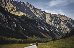 THEMENBILD - ein älteres Paar auf einem Almweg mit der Bergkulisse der Hohen Tauern auf der Palfner Alm, aufgenommen am 09. Spetember 2018 in Rauris, Österreich // an elderly couple on a mountain trail with the mountain scenery of the Hohe Tauern at the Palfner Alm, Rauris, Austria on 2018/09/09. EXPA Pictures © 2018, PhotoCredit: EXPA/ JFK