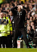 Fotball<br /> Photo. Jed Wee, Digitalsport<br /> Glasgow Celtic v Villarreal, UEFA Cup Quarterfinal, Celtic Park, Glasgow. 08/04/2004.<br /> Celtic manager Martin O'Neill is anguished as the referee disallows the goal.<br /> <br /> NORWAY ONLY