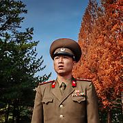 Ce jeune capitaine de 32 ans s'enquiert de ma profession. Photograhe. Il sourit, il me dit que c'est parfait pour un photographe, il y a plein de belles choses à photographier. Ici nous sommes encouragés à immortaliser la grandeur de la Corée du Nord et la bassesse des US et de leur allié fantoche du sud.<br /> Je sais qu'il est sincère, il pense tout aussi sincèrement que nous sommes manipulés par les impérialistes, et sans doute le sommes nous un peu, bien entendu.