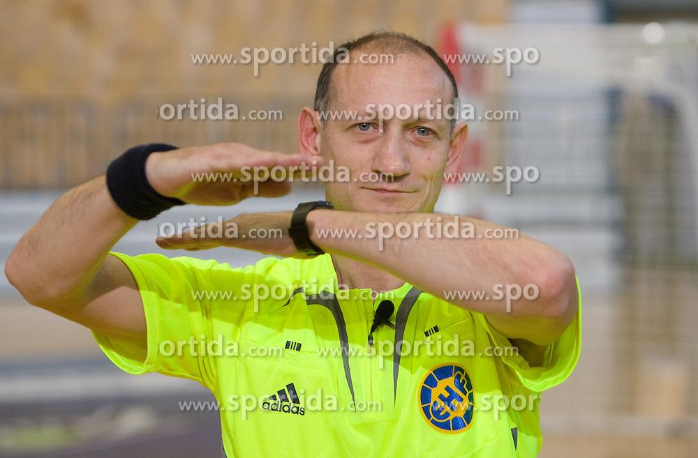 """Rokometni sodnik Janko Pozeznik prikazuje sodniski znak """"napaka pri korakih ali napaka 3 sekund"""", 10. aprila 2009, v dvorani Zlatorog, Celje, Slovenija. (Photo by Vid Ponikvar / Sportida)"""