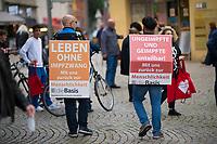 """Berlin, 24.09.2021: Zwei Personen machen Wahlwerbung für die Partei Die Basis (""""Leben ohne Impfzwang"""") in der Spandauer Fußgängerzone."""
