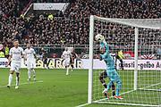 Fussball: 2. Bundesliga, FC St. Pauli - Holstein Kiel, Hamburg, 28.10.2018<br /> Torwart Kenneth Kronholm (Kiel) fängt einen Ball knapp vor der Linie<br /> © Torsten Helmke